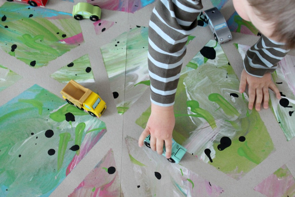 Leikkiä itse maalatulla automatolla