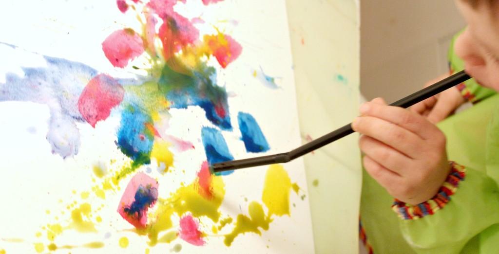 Vesivärimaalausta pillillä puhaltean