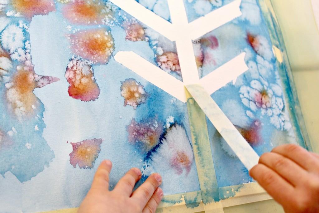 Vesivärimaalausta maalarinteippiä hyödyntäen