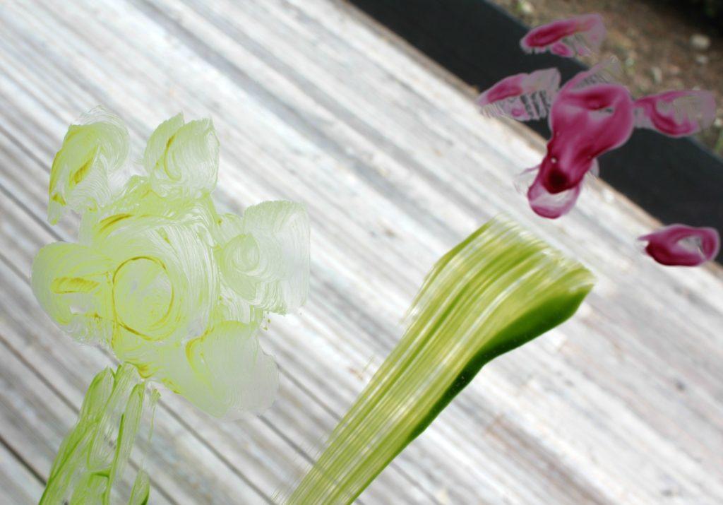 Kevätkukkia keittiönikkunassa