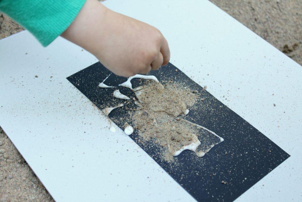 Taidetta liimalla ja hiekalla