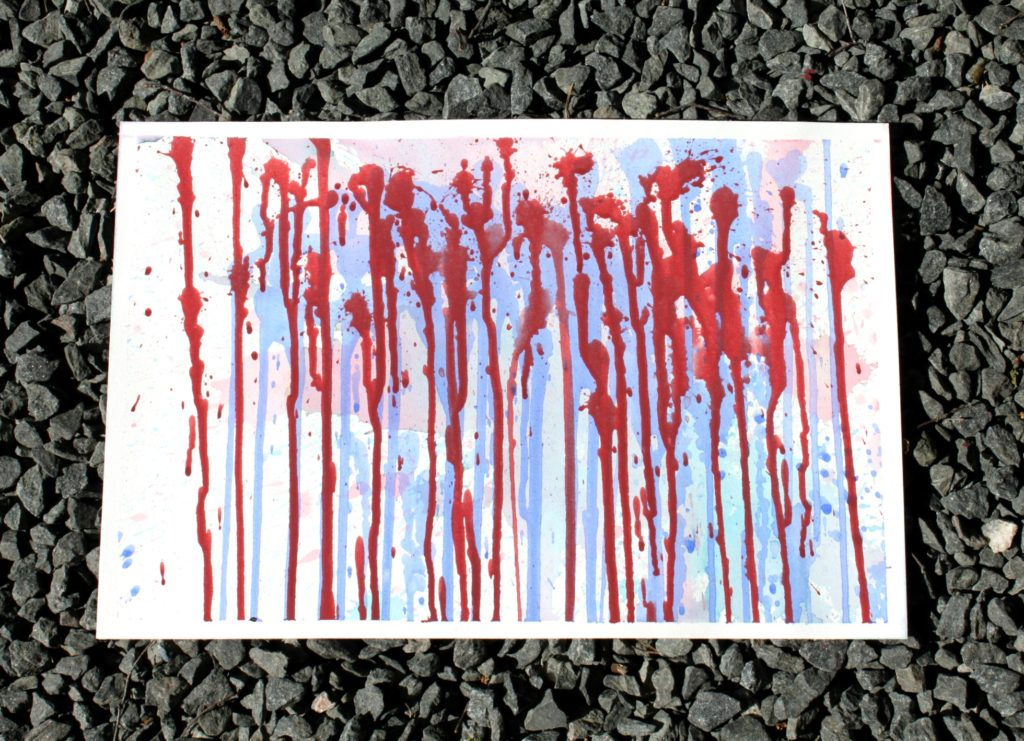 Vajaa neljävuotiaan suihkepullon avulla maalaama taideteos