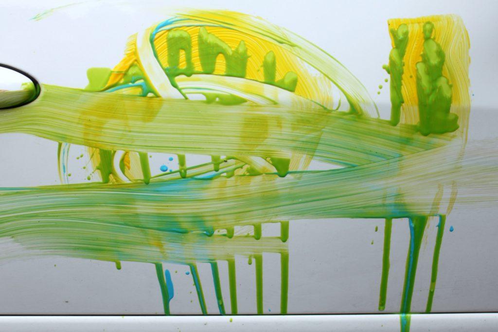 Lasten maalaustaidetta auton kyljessä