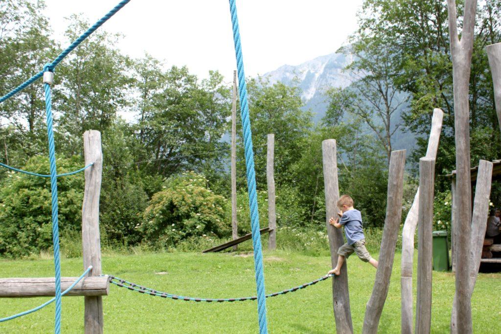 Leikkipaikka Sveitsin Alpeilla
