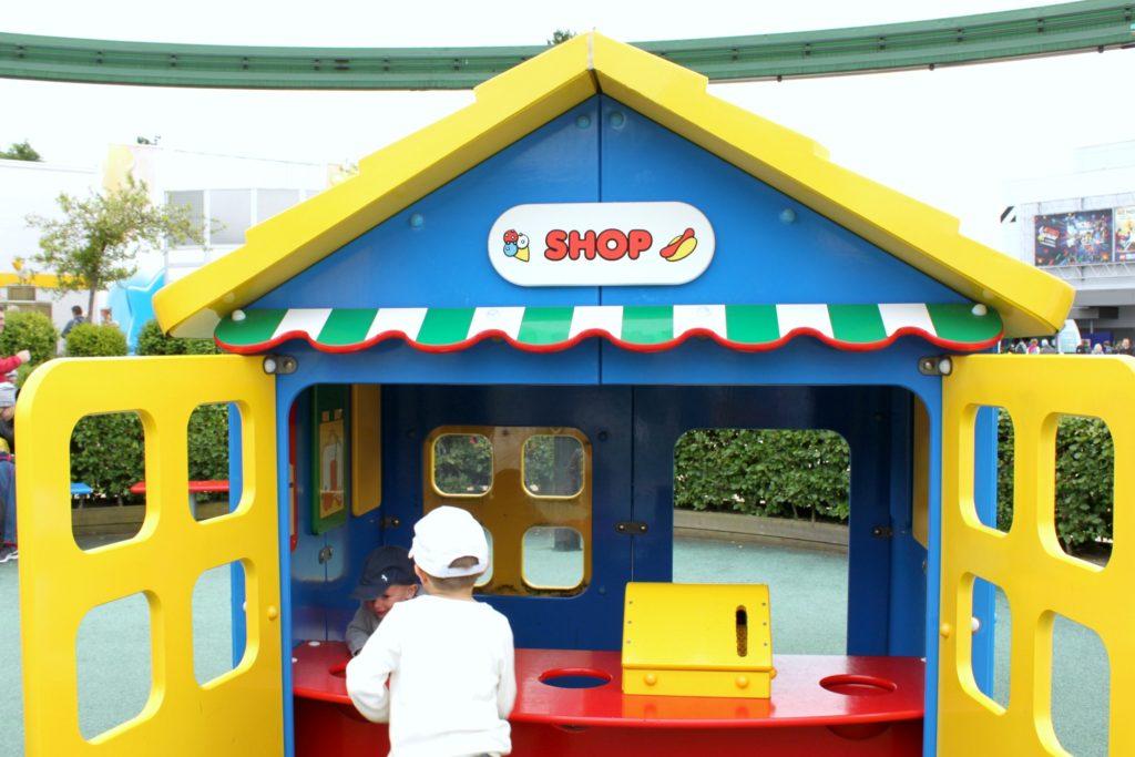 Kauppaleikki Legolandissa