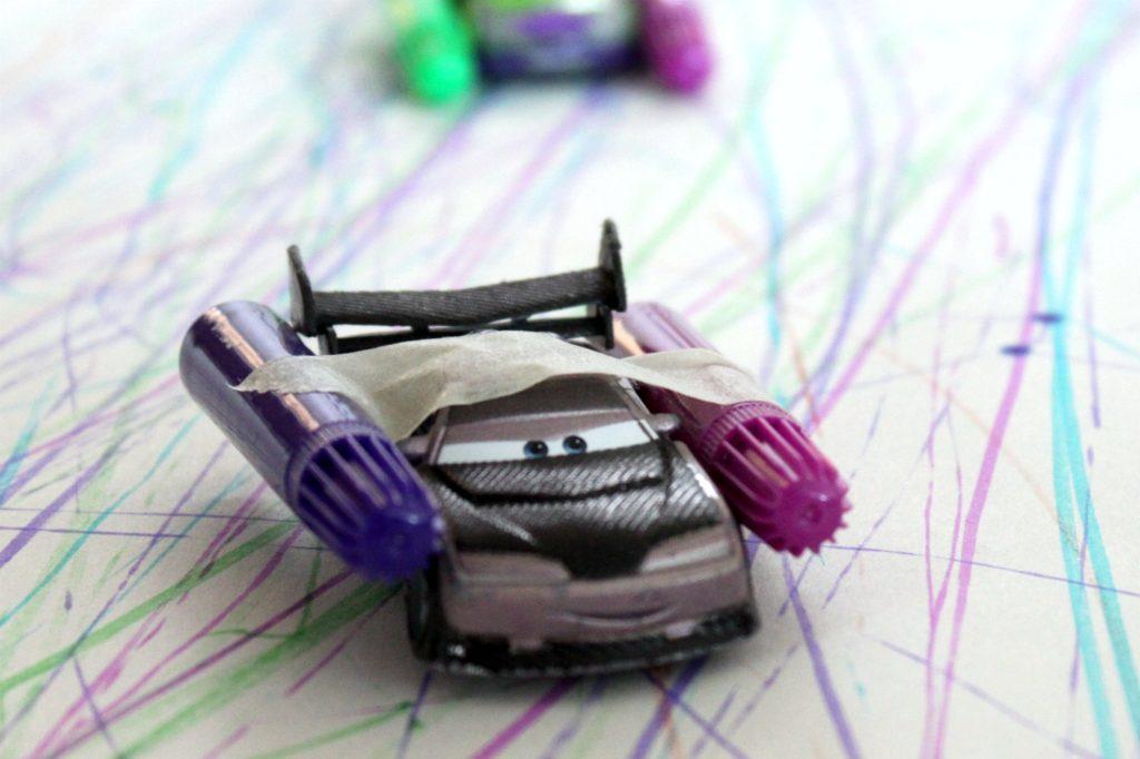 Pikkuautot piirtämässä