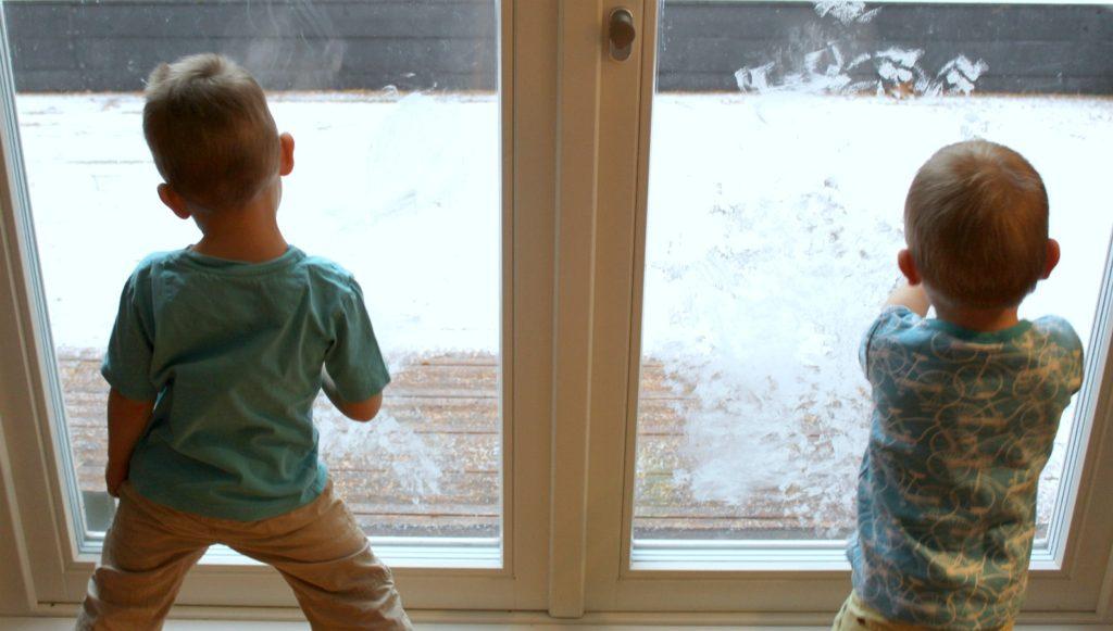 Jouluaskartelua / lunta ikkunaan hammastahnalla