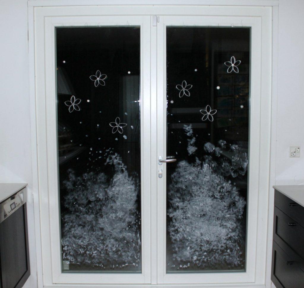Jouluaskartelua / hammastahnaa ikkunaan