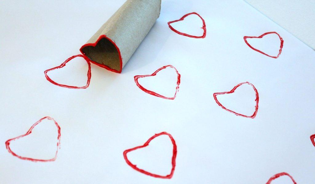 Jouluaskartelua / vessapaperirullalla painettuja sydämiä