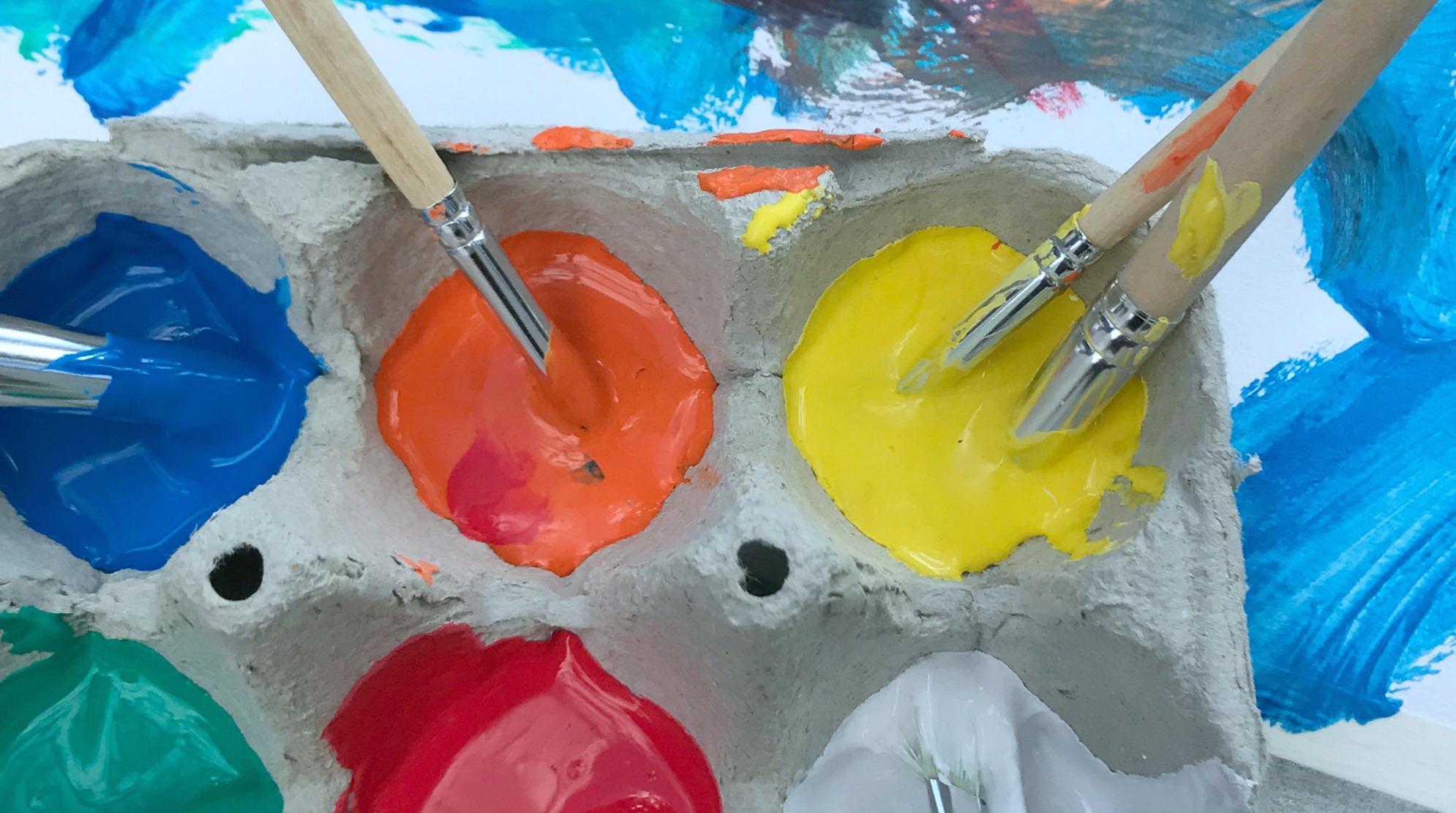 Itse tehty maalausteline ja munakennopaletti