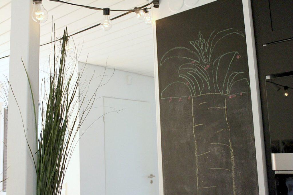Viidakkosynttärit / palmu liitutaulussa