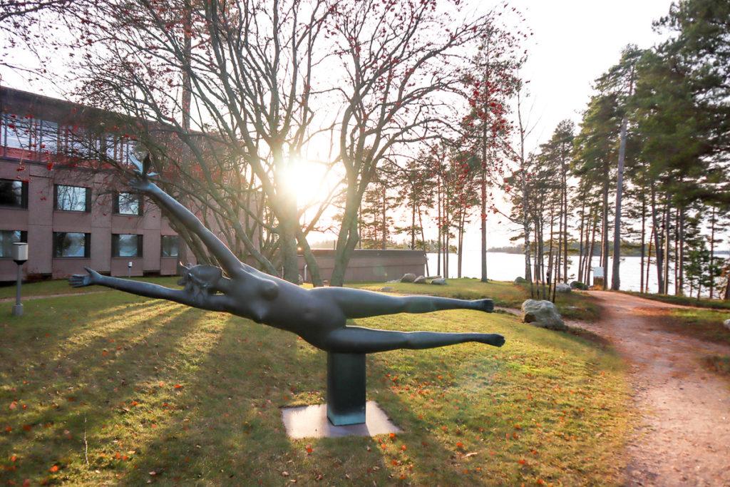 Hanasaaren Kuvapuisto / Kauko Räsänen: Lintutyttö (1993)